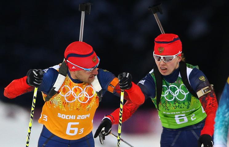 Российские биатлонисты Евгений Гараничев и Ольга Вилухина во время смешанной эстафеты на Играх в Сочи