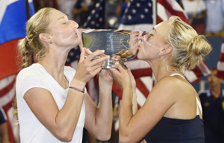 Екатерина Макарова (слева) и Елена Веснина с трофеем за победу в US Open-2014