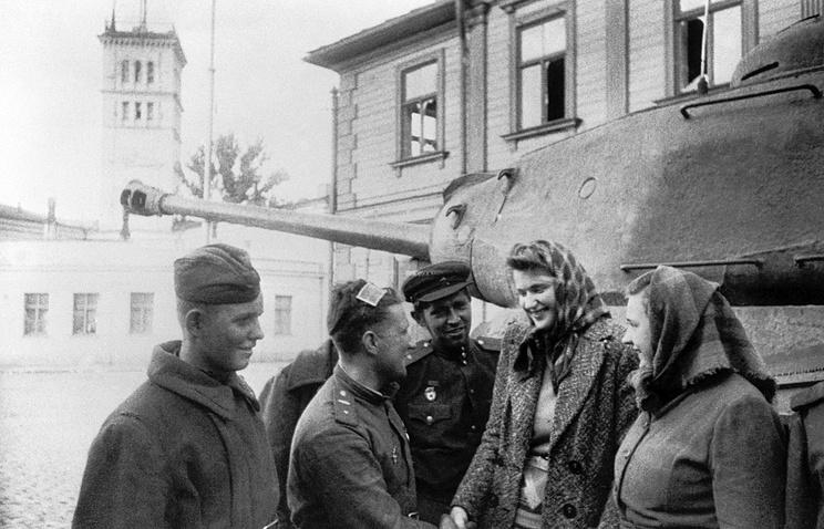 Советские воины беседуют с жителями Риги. 1944 год