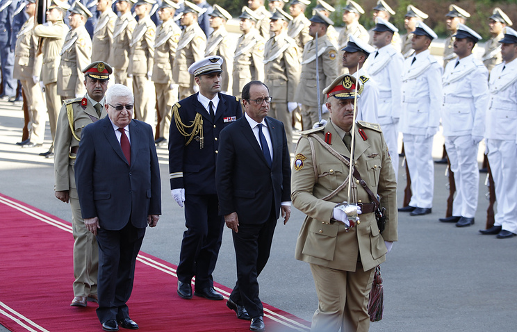 Президент Франции Франсуа Олланд (второй справа) прибыл в Ирак с рабочим визитом. Слева - президент Ирака Фуад Маасум