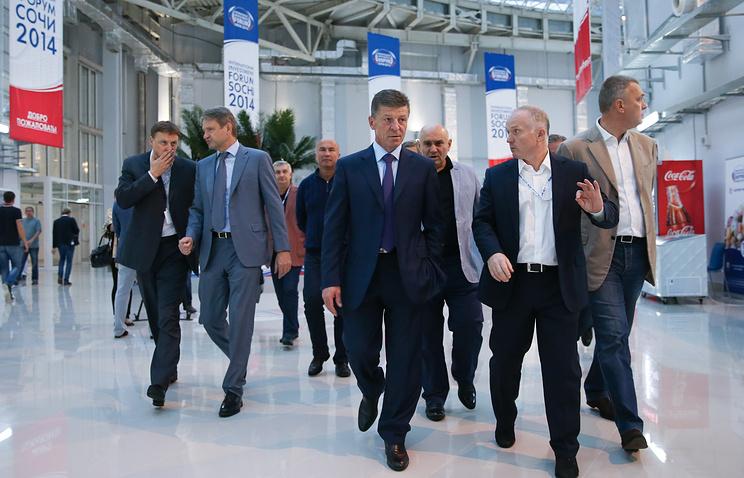 Председатель оргкомитета форума, вице-премьер Дмитрий Козак (в центре)