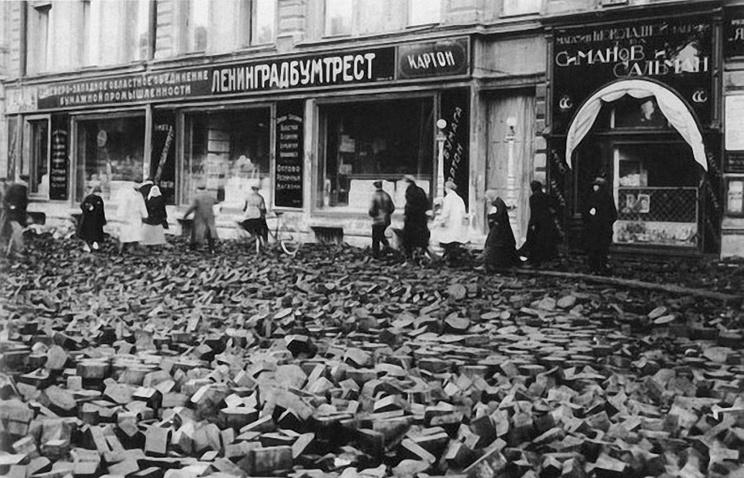 Разрушенная наводнением мостовая на проспекте 25-го Октября (Невский проспект)