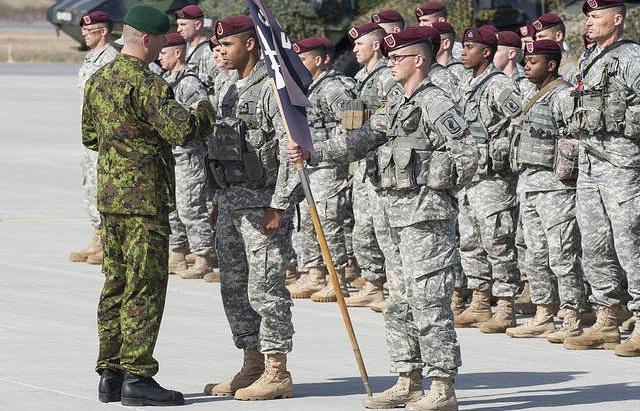 Американские парашютисты на эстонской военной базе Амари