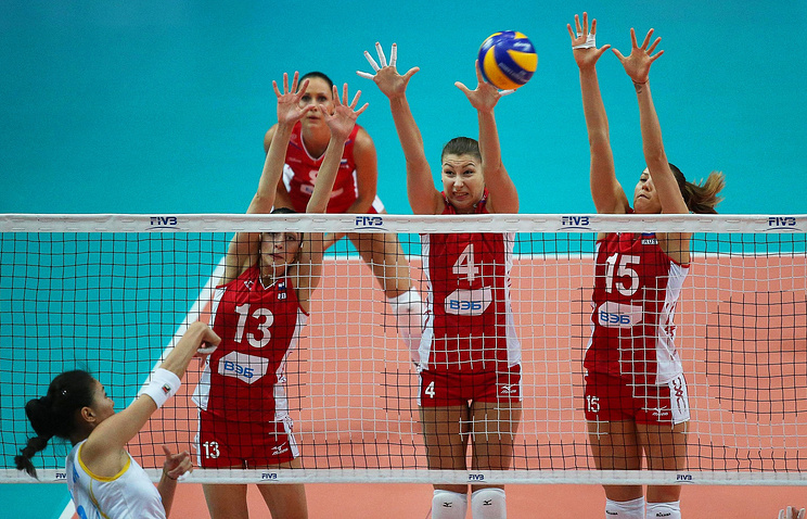 Российские волейболистки ставят блок