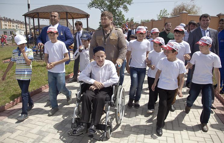 Глава Чечни Рамзан Кадыров во время посещения Республиканского реабилитационного центра для детей-инвалидов семейного типа