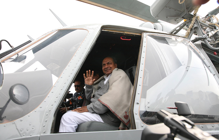 Министр обороны Индии Аракапарамбил Куриен Энтони (Arackaparambil Kurien Antony) в кабине Ми-17-В5 индийских ВВС