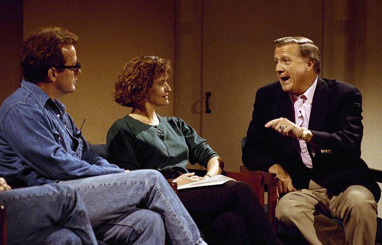 Джен Хукс (на фото в центре)