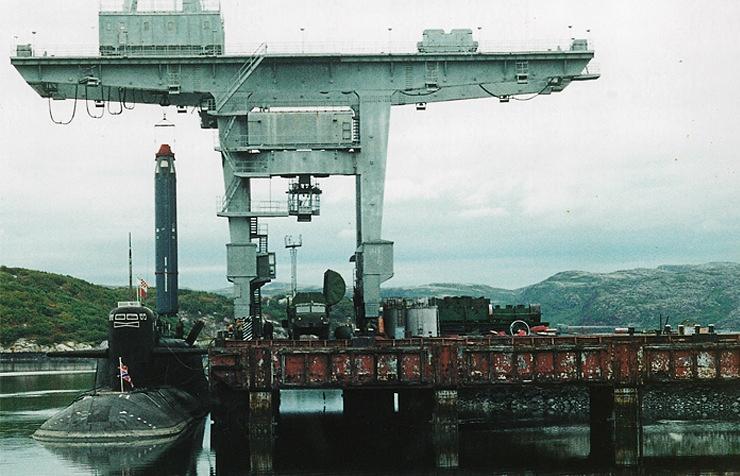 Погрузка ракеты РСМ-54 в шахту подводной лодки