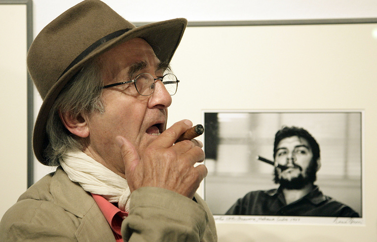 Рене Бурри на фоне сделанной им фотографии Че Гевары, 2008 год