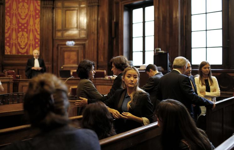 Дочь Мухтара Аблязова Мадина (в центре) в зале апелляционного суда Лиона