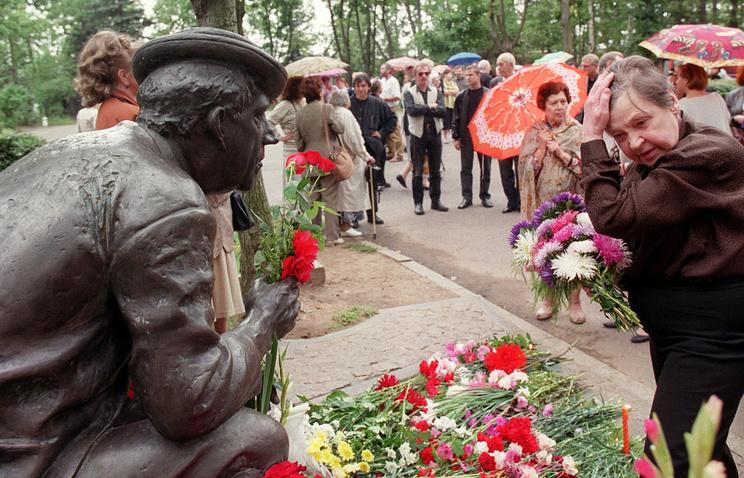 Татьяна Никулина у памятника Юрию Никулину, 2000 год.