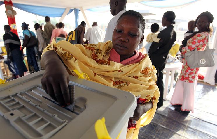Женщина на избирательном участке голосует на референдуме о независимости Южного Судана. 2011 год