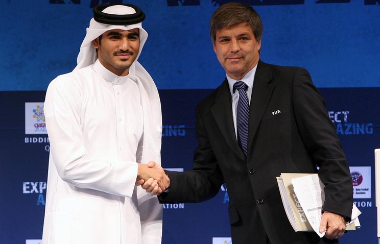 "Гарольд Мэйн-Николлс (справа) и глава оргкомитета ""Катар 2022"" шейх Хамад бен Халифа бен Ахмед аль-Тани"