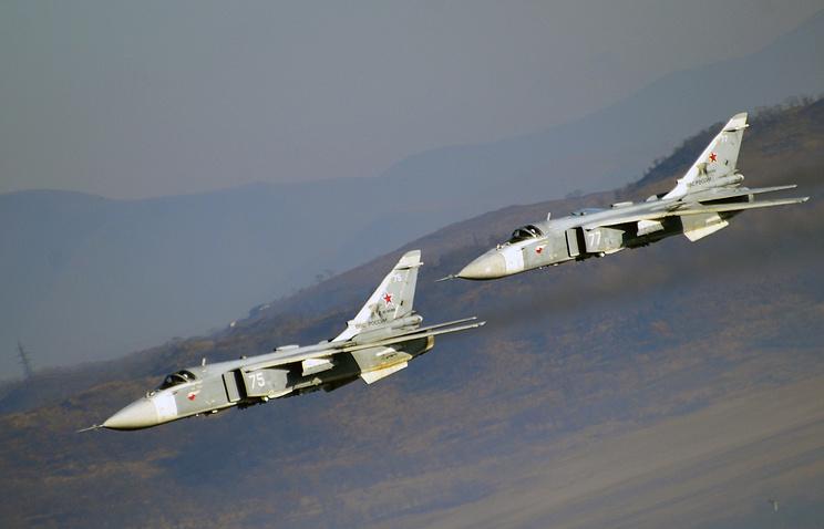 Фронтовые бомбардировщики Су-24 во время батальонного тактического учения