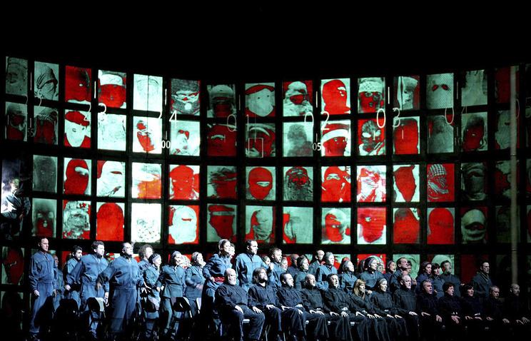 """Сцена из спектакля """"1984"""" в миланском театре """"Ла Скала"""""""