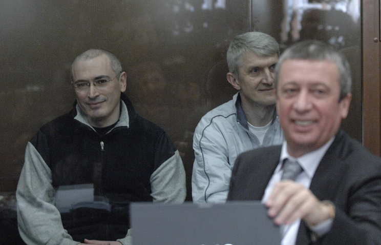 Михаил Ходорковский, Платон Лебедев и адвокат Вадим Клювгант (слева направо). 2009 год