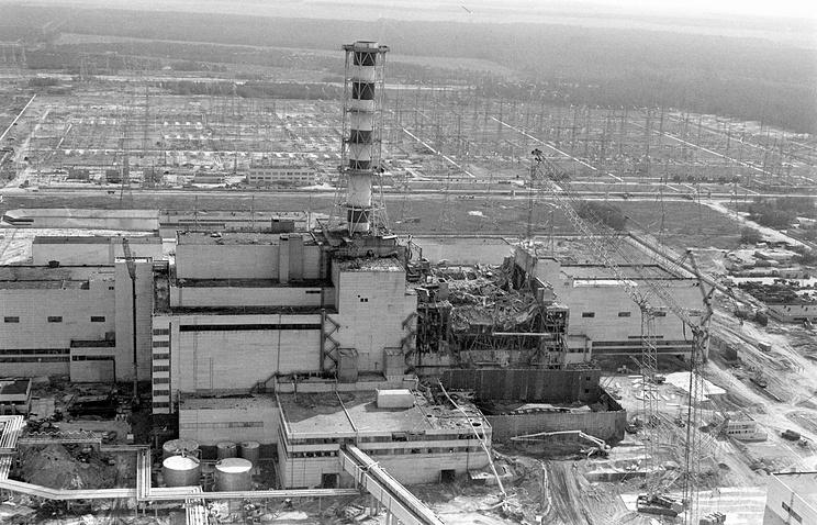 """Возведение """"саркофага""""  на 4-м энергоблоке Чернобыльской АЭС. Вид с вертолета. Август 1986 года"""
