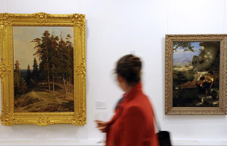 """Картины художников Ивана Шишкина """"Сосновый лес"""" и Генриха Семирадского """"Новый браслет"""" (слева направо)"""