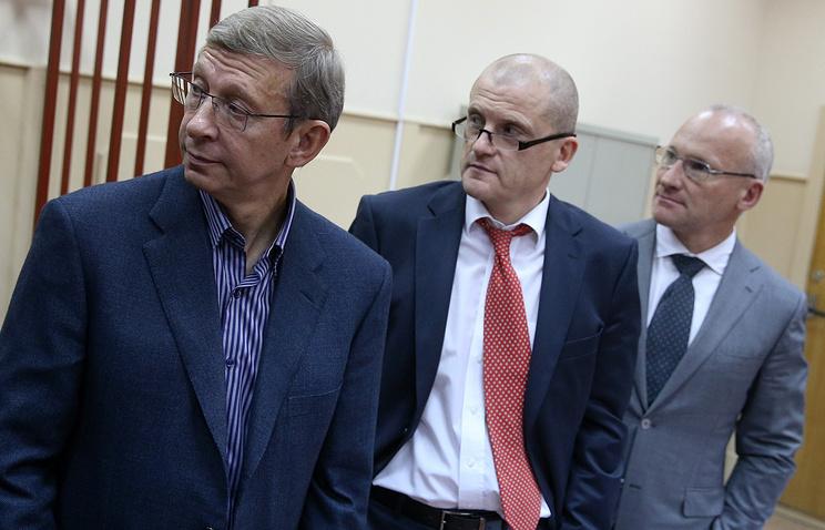 Владимир Евтушенков (слева) на заседании Басманного суда