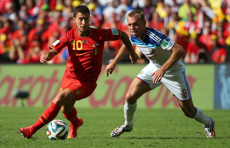 Денис Глушаков в матче чемпионата мира между сборными России и Бельгии против Эдена Азара