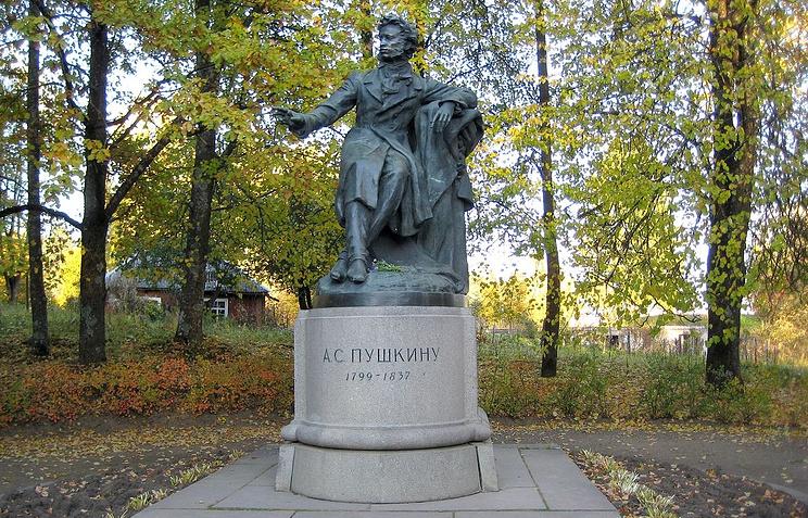 Памятник А.С.Пушкину на Анастасьевской площади в Пушкинских Горах