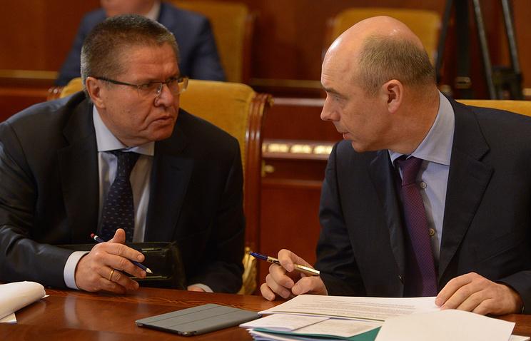 Министр экономического развития РФ Алексей Улюкаев и министр финансов РФ Антон Силуанов