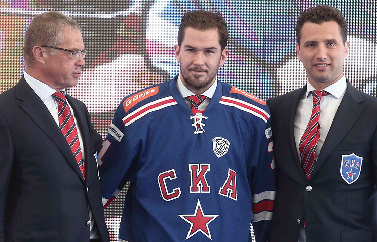 Джимми Эрикссон (в центре)