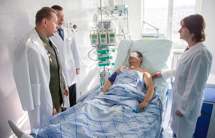Главнокомандующий внутренними войсками МВД России генерал-полковник Виктор Золотов (слева на первом плане) навестил полковника Серика Султангабиева в госпитале. 23 октября 2014 года