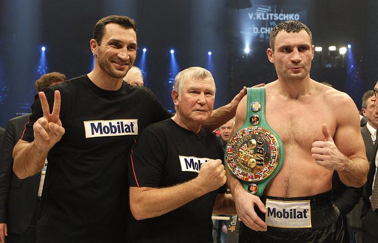 Виталий (слева) и Владимир Кличко с тренером Фрицем Здунеком
