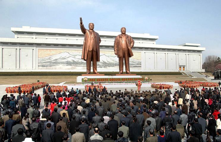 Пхеньян. Во время возложения цветов к памятникам Ким Ир Сену и Ким Чен Иру в рамках государственного праздника - Дня Солнца