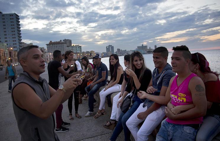 Кубинцы на набережной Гаваны, 19 декабря 2014 года