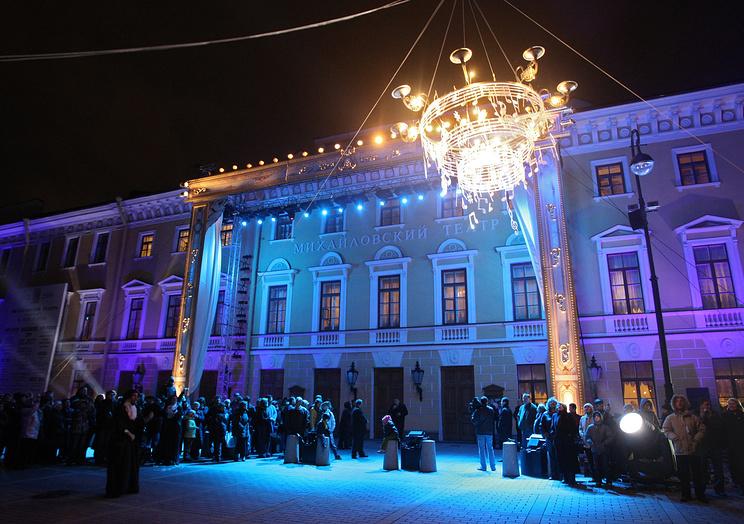 Санкт-Петербург. У здания Михайловского театра