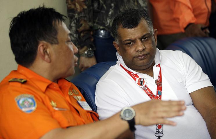 Генеральный директор авиакомпании AirAsia Тони Фернандес (справа)