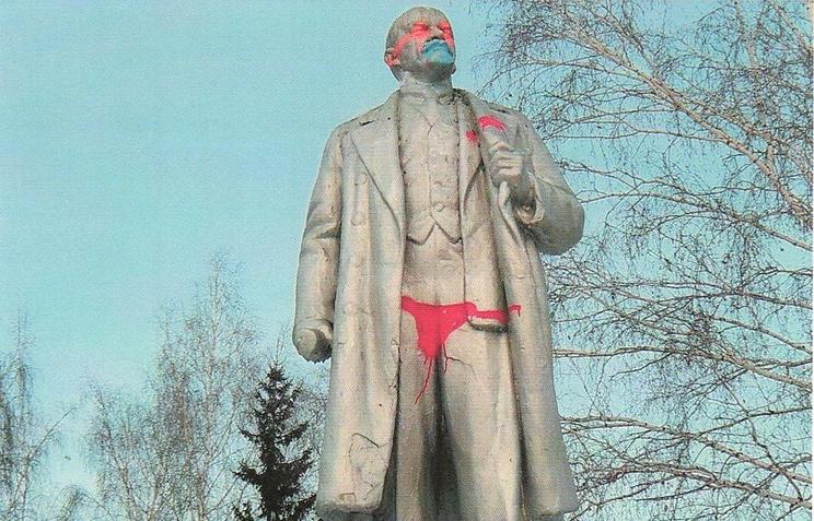 Памятник Ленину в Новосибирске, разрисованный вандалами