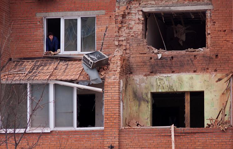 Поврежденная стена одного из жилых домов Донецка
