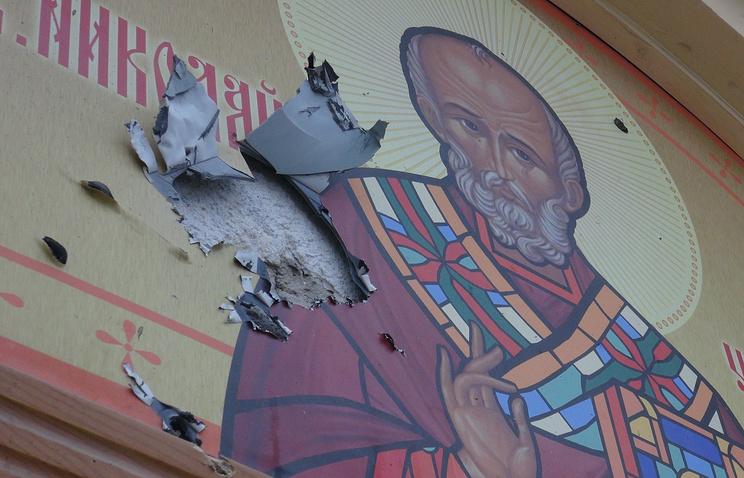 Украина. Донецк. 18 января. Поврежденная стена церкви Николая Чудотворца на площади железнодорожного вокзала.