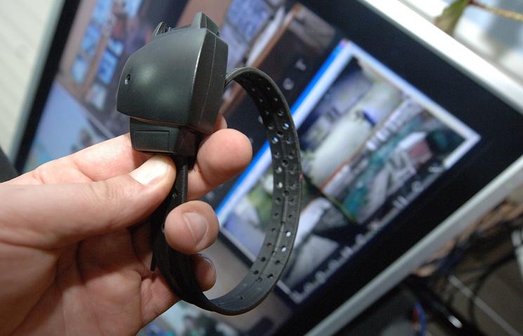 Электронный браслет на базе навигационной спутниковой системы для контроля над заключенными под домашним арестом
