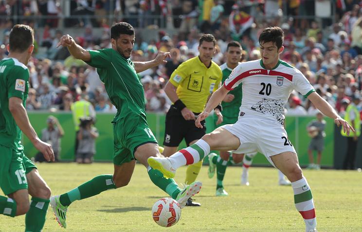 Сердар Азмун (справа) в матче против команды Ирака