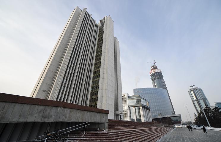 Здание Правительства Свердловской области (слева)