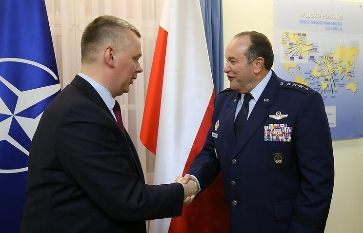 Министр национальной обороны Польши Томаш Семоняк и главнокомандующий войсками НАТО в Европе Филип Бридлав