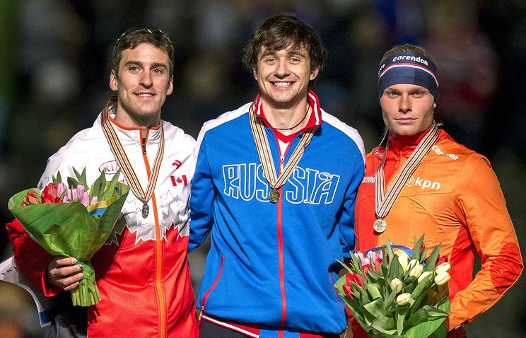 Денис Юсков (в центре) во время церемонии награждения