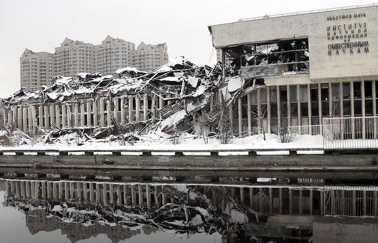 Сгоревшее здание фундаментальной библиотеки РАН
