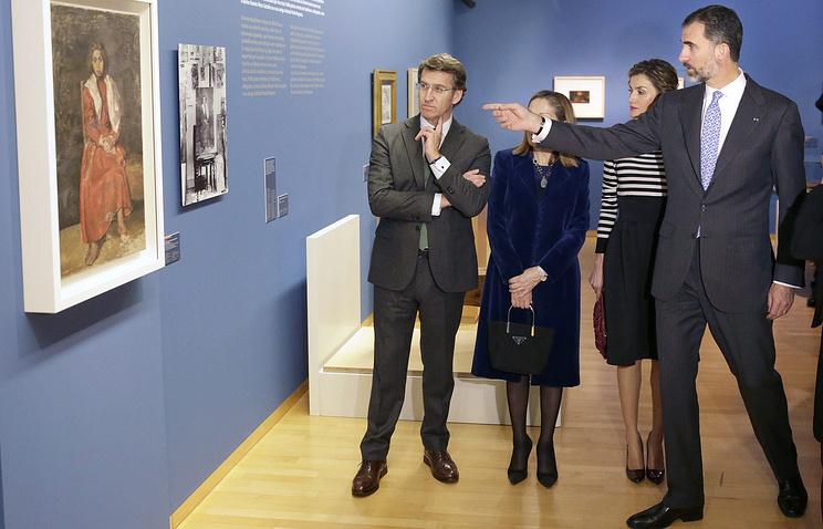 """Испанский король Филипп VI, королева Летиция, председатель автономного правительства Галисии Альберто Нуньес Фейхоо и министр развития Ана Пастор Хулиан на выставке """"Первый Пикасо""""  в Музее изобразительных искусств Ла-Корунья"""