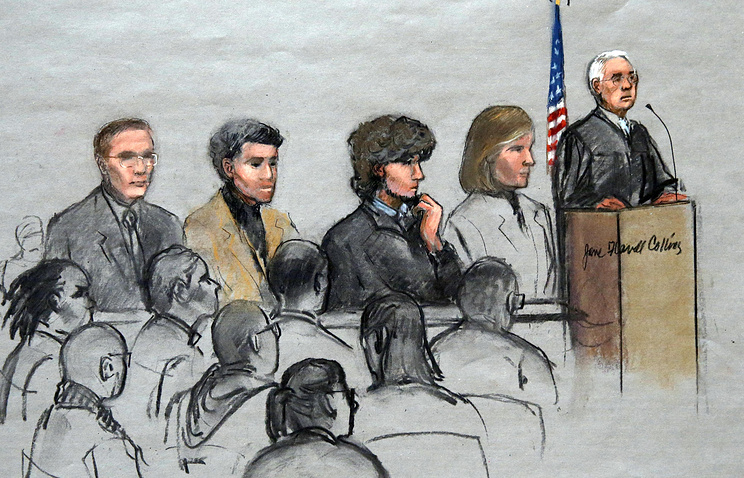 Джохар Царнаев (третий слева) во время судебного заседания