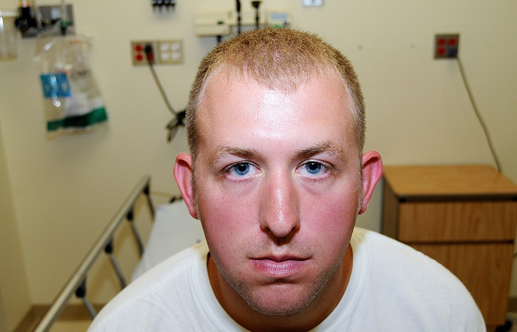 Полицейский Даррен Уилсона во время медобследования после убийства Майкла Брауна