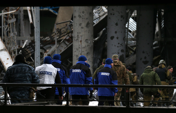Сотрудники ОБСЕ на территории аэропорта Донецка