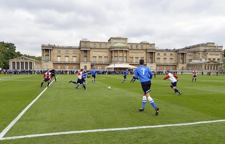 Футбольный матч на территории Букингемского дворца