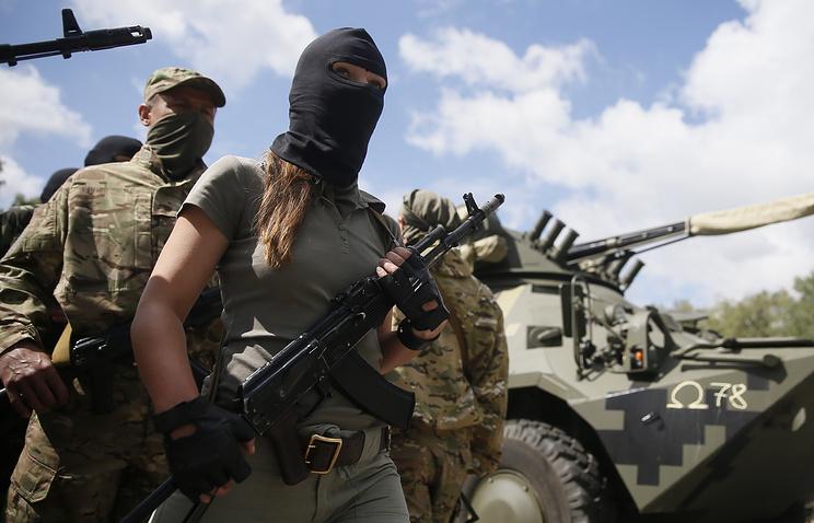 Женщина-доброволец во время принятия присяги перед отправкой на Юго-Восток Украины