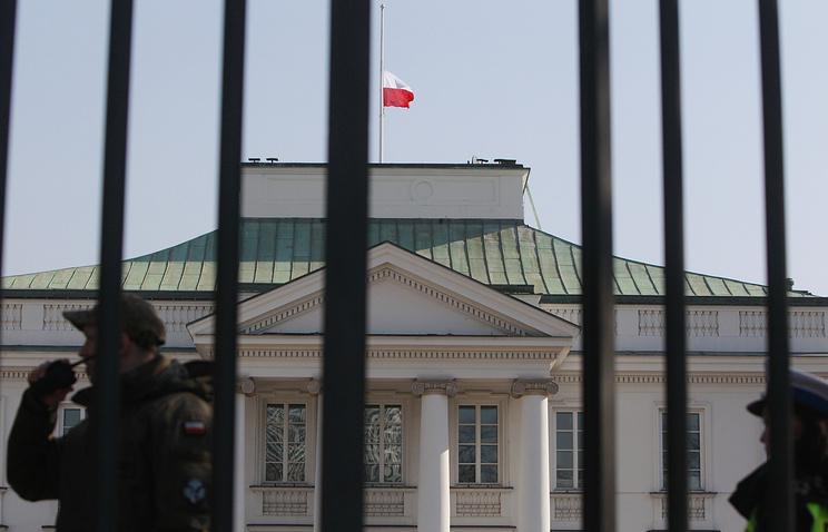 Приспущенный флаг над резиденцией президента Польши в Варшаве