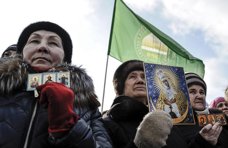 """Участники митинга """"В защиту духовно-нравственных ценностей"""" против оперы """"Тангейзер"""" в постановке Кулябина в Новосибирске"""
